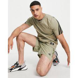 Adidas Training - T-shirt à écusson logo - Kaki - adidas performance - Modalova