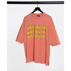 ASOS - Daysocial - T-shirt oversize avec texte imprimé sur l'avant et ourlet arrondi - Délavage à l'acide - ASOS Day Social - Modalova