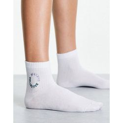 Socquettes côtelées à logo brodé - ASOS Weekend Collective - Modalova