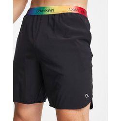 Performance - Capsule Pride - Short 7pouces avec ceinture arc-en-ciel à logo - CK - Calvin Klein - Modalova