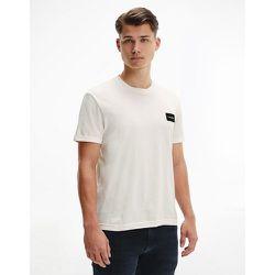 T-shirt à manches retroussées avec logo écusson - Crème - Calvin Klein - Modalova