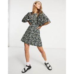 Robe courte à manches volantées et petites fleurs - Fashion Union - Modalova