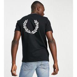 T-shirt avec logo dans le dos - - Exclusivité ASOS - Fred Perry - Modalova