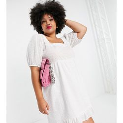 Lola May Plus - Robe courte en broderie anglaise à ourlet plongeant - Lola May Curve - Modalova