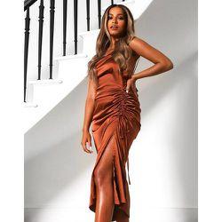 X Amber Gill - Robe caraco mi-longue en satin à bretelles avec fronces sur le côté - Chocolat - Public Desire - Modalova
