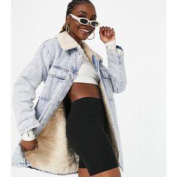 Tall - Veste longue en jean délavé et imitation peau de mouton - Topshop - Modalova