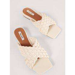 Sandales Plates À Lanières Croisées - Offwhite - NA-KD Shoes - Modalova